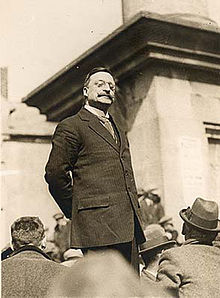 Arthur_Griffith_standing